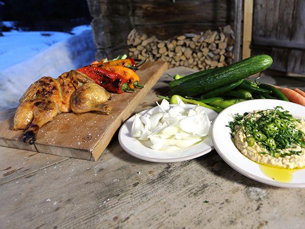 Nyttig grillmiddag med citronkyckling, hummus med jordnötssmör och färska grönsaker.