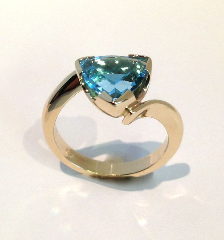 9ct yellow gold and blue topaz ring. www.facebook.com/kkjd.1959.jewdes