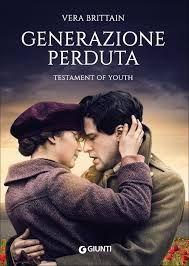 Nel 1914 Vera Brittain si affaccia alla giovinezza. È brillante e anticonformista, decisa a cambiare un destino di moglie gentile e madre paziente diventando una delle prime donne ammesse in un selettivo college di Oxford.
