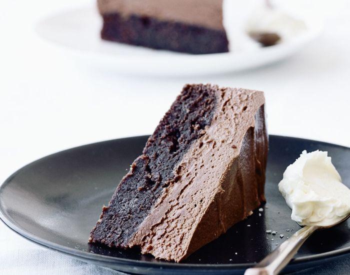 Kage med cremet mælkechokolademousse - og det hele er fyldt med god chokolade! Det er en fantastisk kombination af chokoladekage med mandelmel og kaffe!
