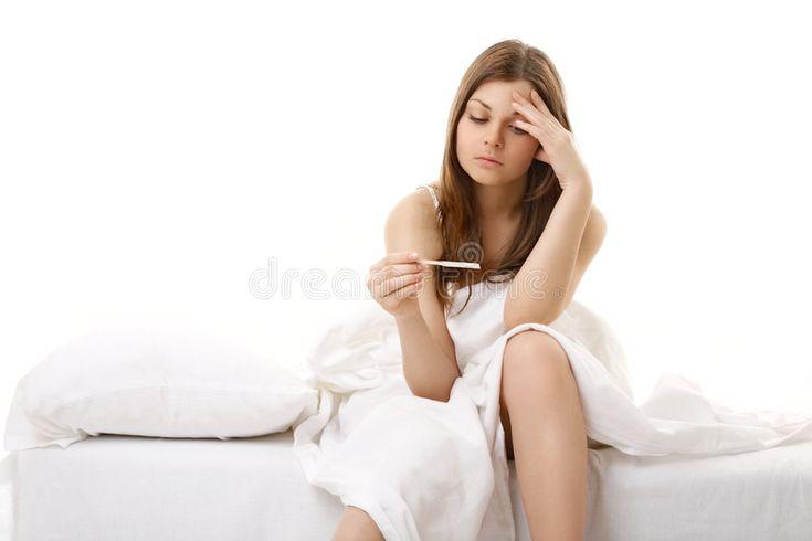 Resultado inesperado. La niña afectada se sienta en la cama y ve el resultado de la prueba …   – Nail Design Tutorials