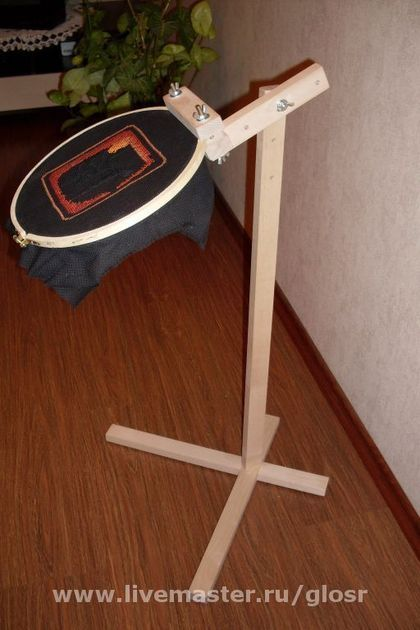 Держатель для пялец (напольный), имеет регулировку по высоте и наклону. Можно работать сидя на стуле. Пяльца приобретаются отдельно. Доработка держателя, дополнительный упор, позволяет надежно закрепить пяльца в нужном положении. А так же быстрый доступ к изнанке. Теперь держатель пялец может удерживать еще и раму (на фото рама РП-400), а так же Q-снапы.