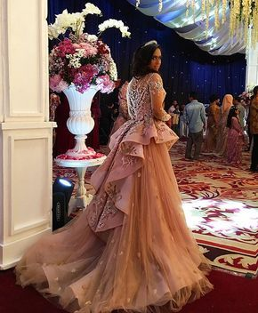 our beautiful client, Hena.. sister of the Bride...wearing semi ball gown with simetrical backside layers mix with tulle . Venue : Hotel Lombok Raya Makeup and hairdo @dannykaryadi . #meltatan #evening #dress #mocha #colour #mix #dusty #pink #rose #gold #rosegold #lace #dentelle #embroidery #tbt #venue #lombok #mataram #bigday