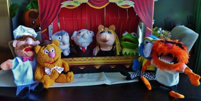De Muppetshow Theater - complete originele serie van 8 handpuppets - Jim Henson 2010  Uw eigen Muppetshow uitvoeren in uw eigen woonplaats Muppet-Theatermet de volledige originele serie van 8 handpuppets van de meest bekende leden van de Muppetshow bekend uit films theater en televisie.Miss Piggy Kermit Gonzo beest de twee grote opa's van het theater Statler en Waldorf van de heer de Deense Cook en FozzieLimited edition 2010 Nederland geproduceerd door Jim Henson in opdracht van een…