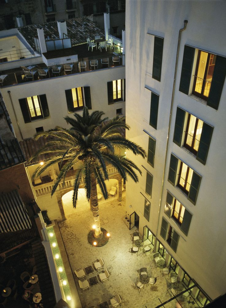 Hotel Tres | Boutiquehotel | Spain | http://lifestylehotels.net/en/hotel-tres | outside, view, inner courtyard, night, lights, palm