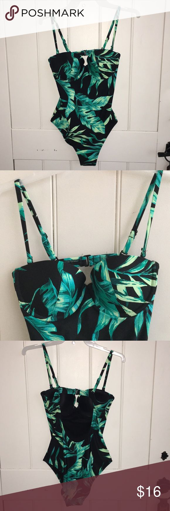 NWT Old Navy palm print one piece swimsuit S/P Size small petite. Never worn. Underwire molded cups/lightly padded for form. Detachable and adjustable straps. Scoop back. Old Navy Swim One Pieces