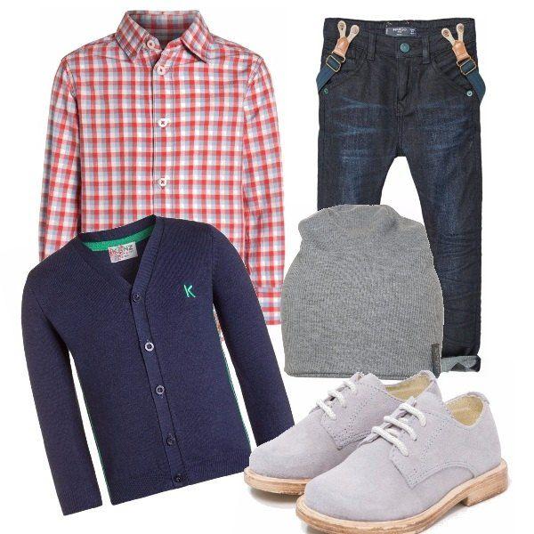 Lo stile hipster ironicamente in versione ridotta. Camicia a quadri, cardigan, scarpe stringate, berretto e jeans con risvolto arrotolato e bretelle incorporate. Pensato per i bimbi stilosi dai 3 ai 5 anni.
