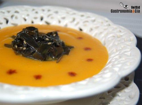 Un entrante de cuchara para los días fríos es esta Crema de zanahoria con ensalada de algas. Pero esta es una receta para cualquier estación del año, pues como crema fría también es una delicia, el hinojo le aporta un frescor aromático que se puede reforzar con unos tropezones crudos. Hoy hemos preparado esta Crema de zanahoria para degustarla con la Ensalada de algas a la japonesa, es una conserva que podéis encontrar en tiendas gourmet y que está elaborada con algas de las Rías Gallegas y…