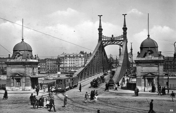 Szent Gellért tér, Szabadság híd (Ferenc József híd) budai hídfő.