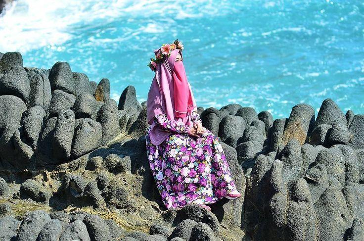 Kenali terlebih dahulu sebelum menilai... karena yang tampak indah tak selalu indah dan yang tampak buruk tak selalu buruk.... // .  Tag Sahabat-sahabat Tersayangmu  .  Follow @MuslimahIndonesiaID  Follow @MuslimahIndonesiaID  Follow @MuslimahIndonesiaID  . Untuk #MuslimahIndonesia by @intan_kocet
