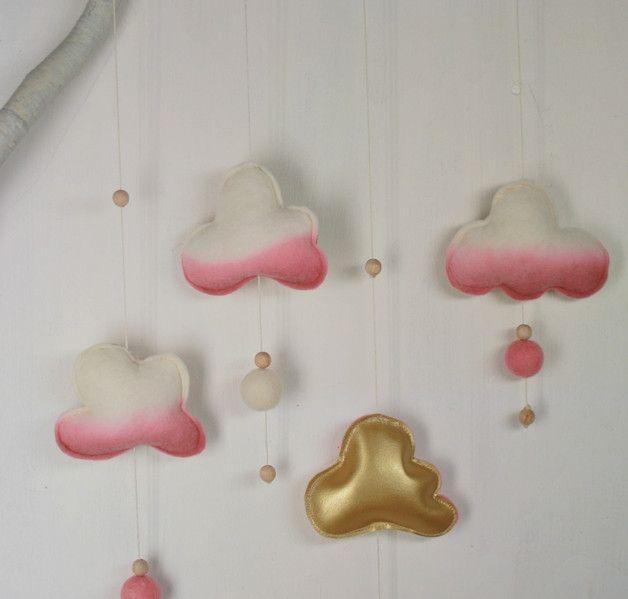 Zum Träumen und garantiert ein Hingucker! Vielseitg einsetzbar: im Kinderzimmer, über dem Babybett oder der Wickelkommode... auch geeignet als Geschenk zur Geburt oder Taufe.  Mobile mit 4 Wolken...