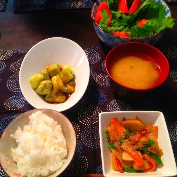 昼ごはん:筍のきんぴら(人参、絹さや)、キャベツのお味噌汁、焼き茄子、自家製ベビーリーフとトマトのサラダ