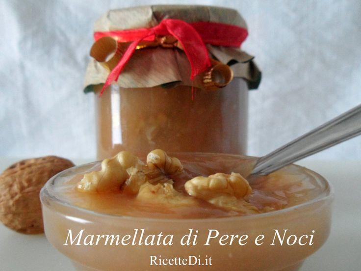 La marmellata di pere e noci è una vera squisitezza. Le noci sbriciolate vanno aggiunte solo alla fine della preparazione, nell'ultima mezz'ora di cottura.
