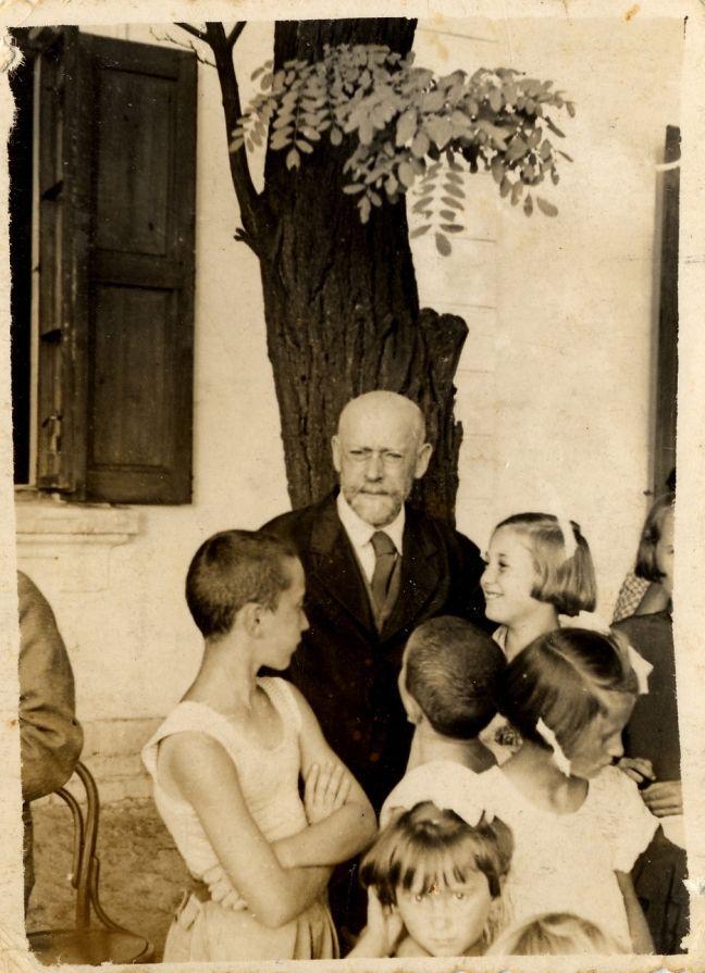 Ο Γιάνους Κόρτσακ με τα παιδιά του ορφανοτροφείου, 1938. Λίγα χρόνια μετά θα βάδιζε μπροστά από παιδιά σαν αυτά στο δρόμο προς το στρατόπεδο του θανάτου.