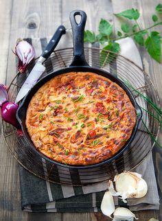 Frittata aux tomates, oignon et ciboulette : une idée estivale à accompagner avec de la salade & crudités (laitue, tomates, etc. + vinaigrette)