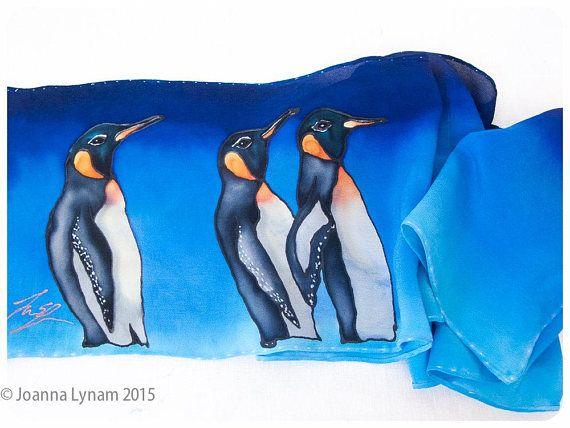 VENTA. Pintado a mano bufanda de seda ~ 8 x 52 ~ pingüino seda bufanda ~ pingüinos emperador ~ pañuelo de seda pintado ~ pañuelos de seda pintado a mano ~ pintado a mano bufanda de seda Una bufanda de seda de pingüino en una seda de crepé de China de 8 x 52. Pingüinos emperador en movimiento... sobre un fondo azul y turquesa brillante. Dibujado a mano, pintados a mano y firmado por el artista (¡me!) A la venta ya que es hora de ir hacia fuera en el mundo. Perfecto en todos los sentidos…
