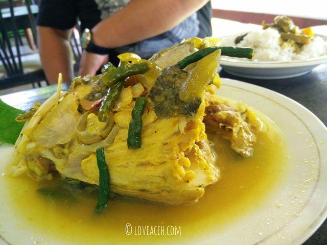 Asam Keueng adalahmasakan khas yang memiliki rasa pedas dan asam yang berbeda dengan masakan daerah lain. Masakan khas Aceh asam pedas ini mudah ditemukan