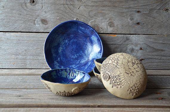 Ensemble de cinq plats de grès rustique bleu - fait à l'ordre - un médium et quatre petits - grès (grès) plaque
