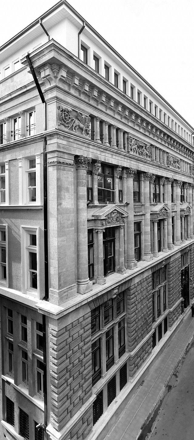 Bina Fransız asıllı Levanten Mimar Alexandre Vallaury tarafından Bank-ı Osmanî-i Şahane için tasarlandı ve 1892 yılında hizmete açıldı. Bina, anıtsal ölçeğinin yanı sıra ön ve arka cephelerde kullanılan neoklasik ve oryantalist mimari üsluplardaki şaşırtıcı farklılık dolayısıyla, İstanbul'da benzersiz bir yapı olmasıyla tanınıyor.. http://www.arkiv.com.tr/proje/salt-galata/551