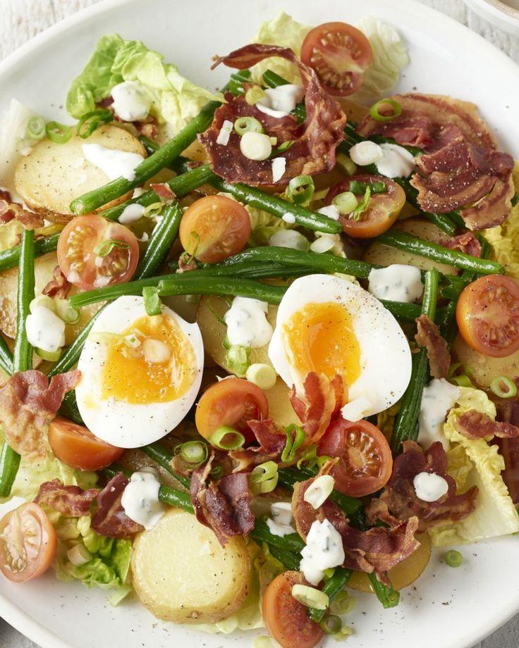 Salades enkel voor in de zomer? Dan heb je deze heerlijke warme aardappelsalade met krokante pancetta en een zalig zacht smeuïg eitje nog niet geprobeerd.