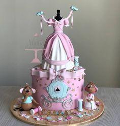 Esplêndido esse bolo no tema Cinderela!😍 By: @maniacakeboutique #Festainfantil #CustomCake #BoloPersonalizado #BoloCinderela #FestaCinderela #FestaMenina #Cinderela