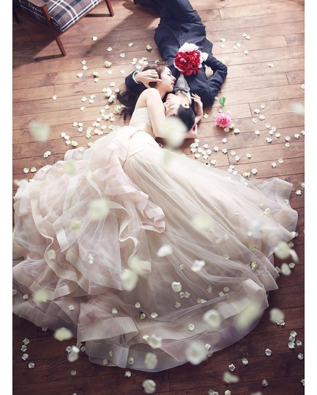 **.°前撮りpic**.° . 写真の貼り方を変えたので、お気に入り再投稿させてください。 . お花を降らせてくれたショット とーっても照れくさかったです✨ . でも、My dressが美しく写っていてお気に入り☺️ . #プレ花嫁#前撮り#ヴェラウォン#ヴェラウォンホワイト#Verawang#whitebyverawang#wedding#dress#brideandgroom#beautiful#flowers#meandhim