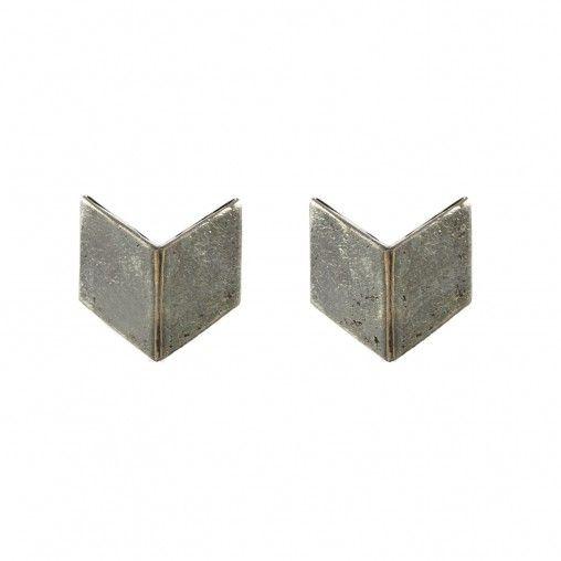 Minimal is d� trend van dit seizoen! Deze zilveren oorbellen hebben een soort pijl vorm en zijn niet te groot, maar ook niet te klein (1 cm). Combineer deze oorbelletjes eens met een zilveren ketting!