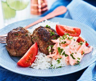 Saftiga, grekiska köttfärsbiffar med smak av persilja och senap som dessutom är busenkla att tillaga. Servera med en krämig, färgsprakande morotstzatsiki och ert favoritris. Duka fram en skål med den goda tomatsalladen och ät er mätta!