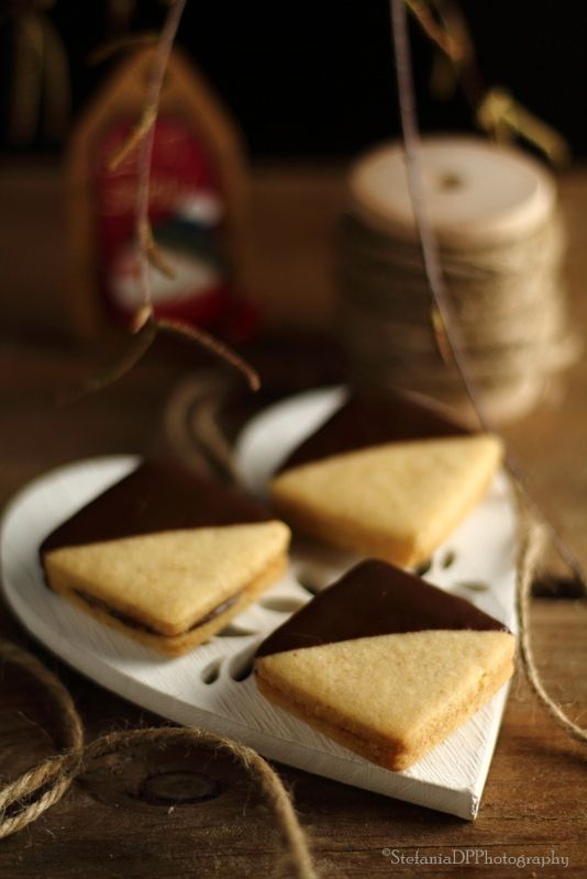 Biscuits with hazelnuts and hazelnut cream - Biscotti alle nocciole e crema gianduia - Formine e Mattarello