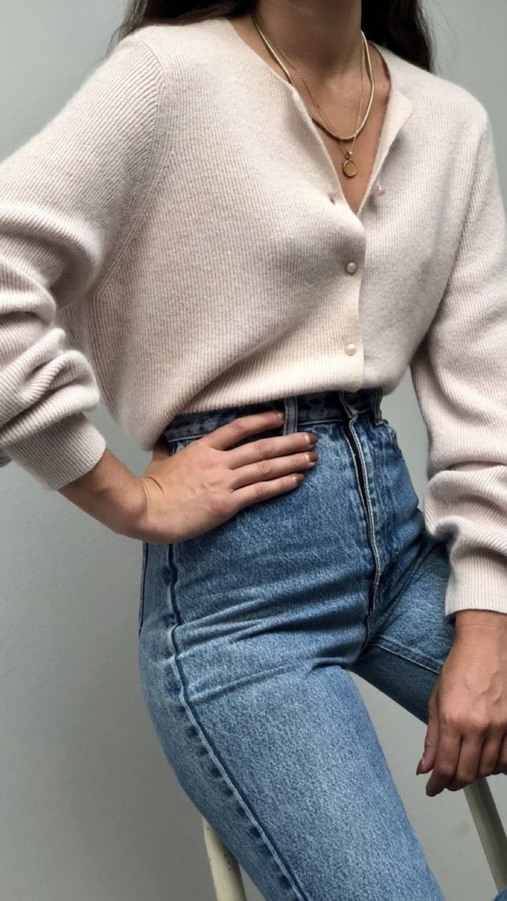 Minimal simple autumn outfit. Outfit inspo. Simple look. Blue denim jeans and a cream sweater. Blogger style