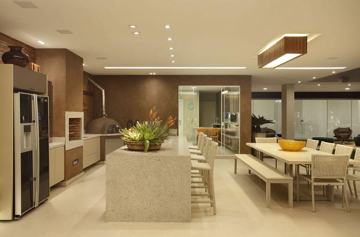 Casa com pé direito duplo - confira detalhes da porta de entrada e área de…