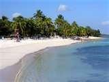 02 - En la misma escalinata del avión, en mi primera visita a Cuba, pude sentir el encanto del Caribe. La brisa se mecía entre las diferentes tonalidades del intenso azul del cielo y el mar. Complementaba el cuadro una brillante luz de pleno sol, que lo alumbraba todo con dorado resplandor.