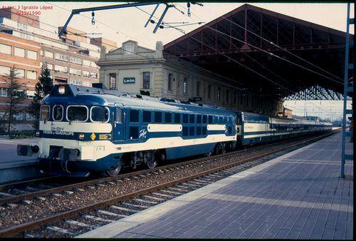 354.004 de Renfe, tirando del Talgo Madrid-Gijón, en León