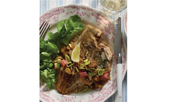Lækker opskrift på stegt rødspætte med rabarberrelish