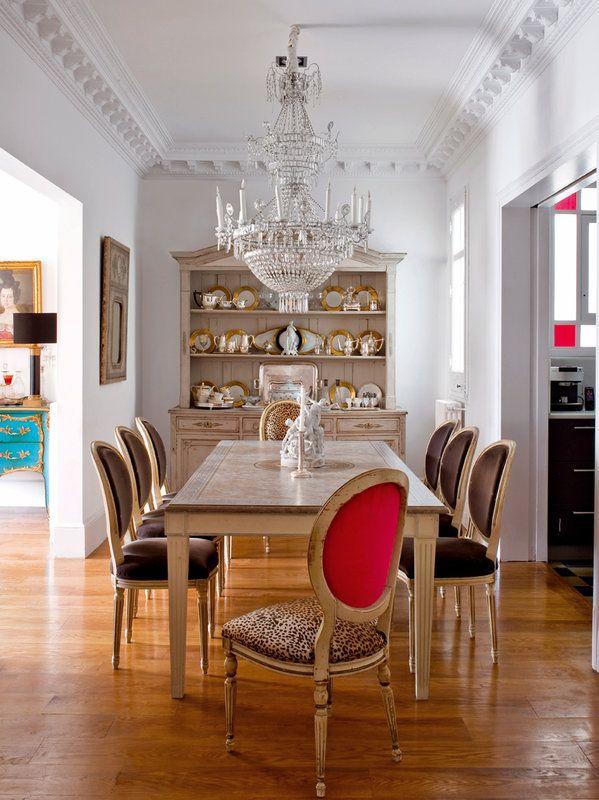 Comedor decorado por Ana Ros, con una lámpara del s. XVIII de la Real Fábrica de Cristales de La Granja. Al fondo, un buffet francés del s. XIX