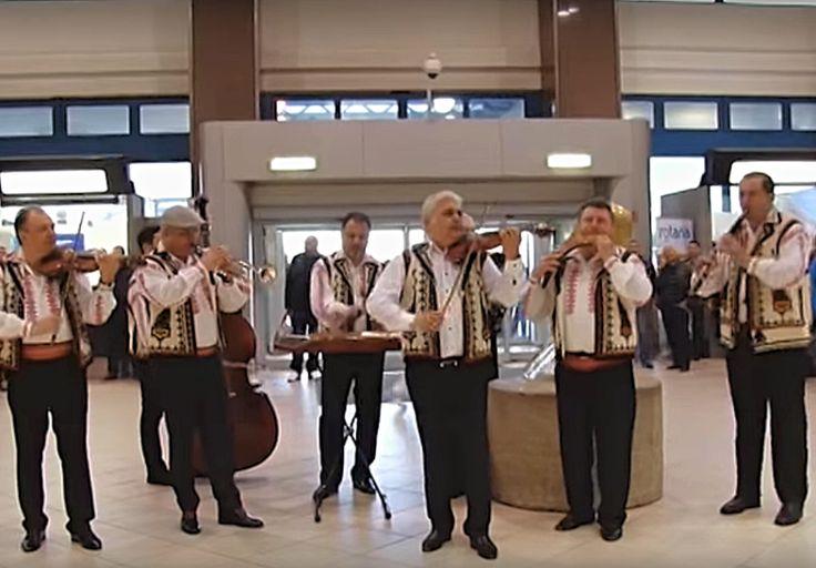 """La Noi în ROMÂNIA se petrec zilnic Evenimente Plăcute. Priviți ce a organizat Poliția de Frontieră Română, în 8 martie 2016, la Aeroportul Internațional """"Henri Coandă"""" din București !"""