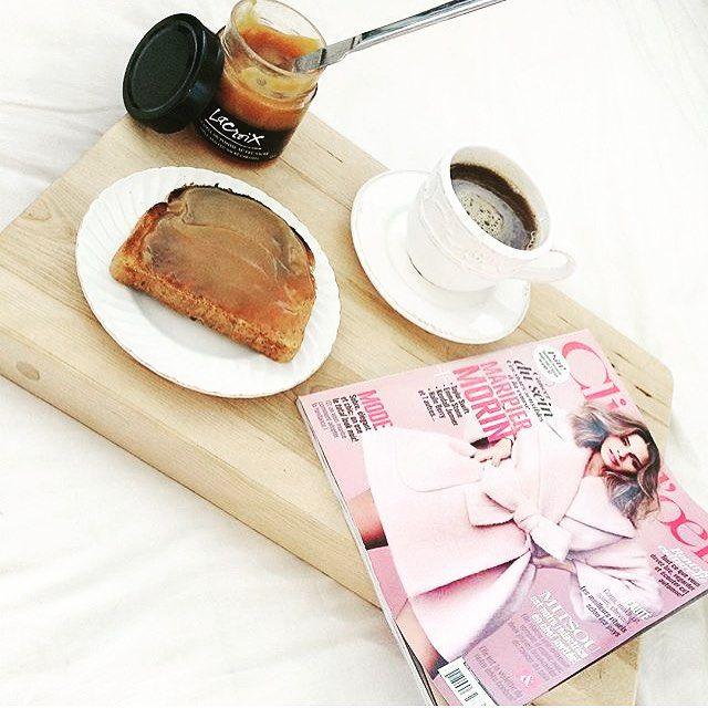 Notre définition du parfait samedi matin par @chloedumont : déjeuner au lit avec une rôtie + verger + ☕️ + @mag_clindoeil ! & le vôtre c'est quoi? // Our definition of the perfect Saturday morning by @chloedumont : breakfast in bed with a toast + verger lacroix + ☕️ + @mag_clindoeil ! What's yours ?  #StMethode #TheFashionRedFox #OnDejeune #MadeinQC #Foodies