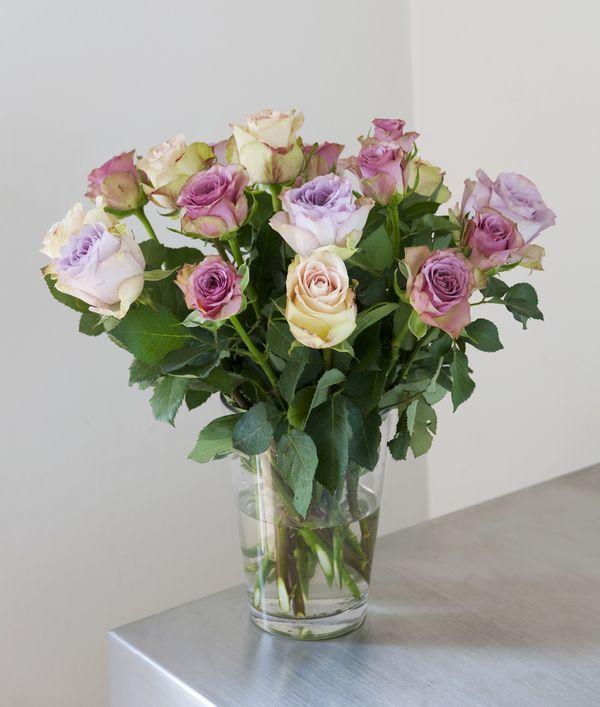 Lekker rosebukett i lyse farger fra Interflora. Om denne nettbutikken: http://nettbutikknytt.no/interflora-no/