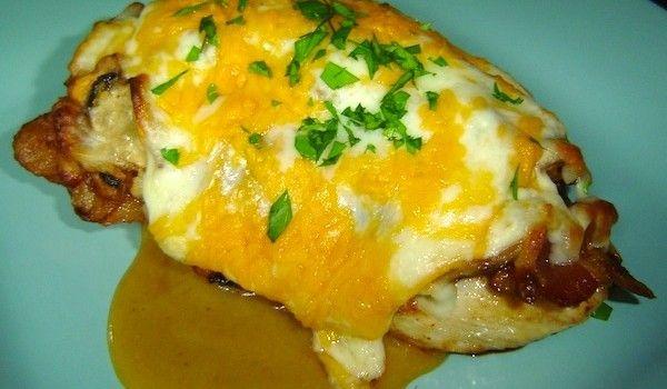 Μαριναρισμένο κοτόπουλο φιλέτο με μπέικον και τυριά