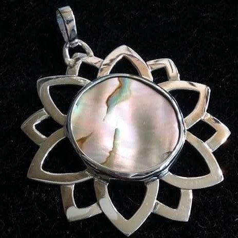 Colgante Flor de la Vida en plata con Nácar engastado. #escuelajoyeriacdc #joyeriachilena #instachile #instasantiago #chilegram #jewelry #madeinchile #orfebreriachilena #orfebreschilenos #plata925 #necklace