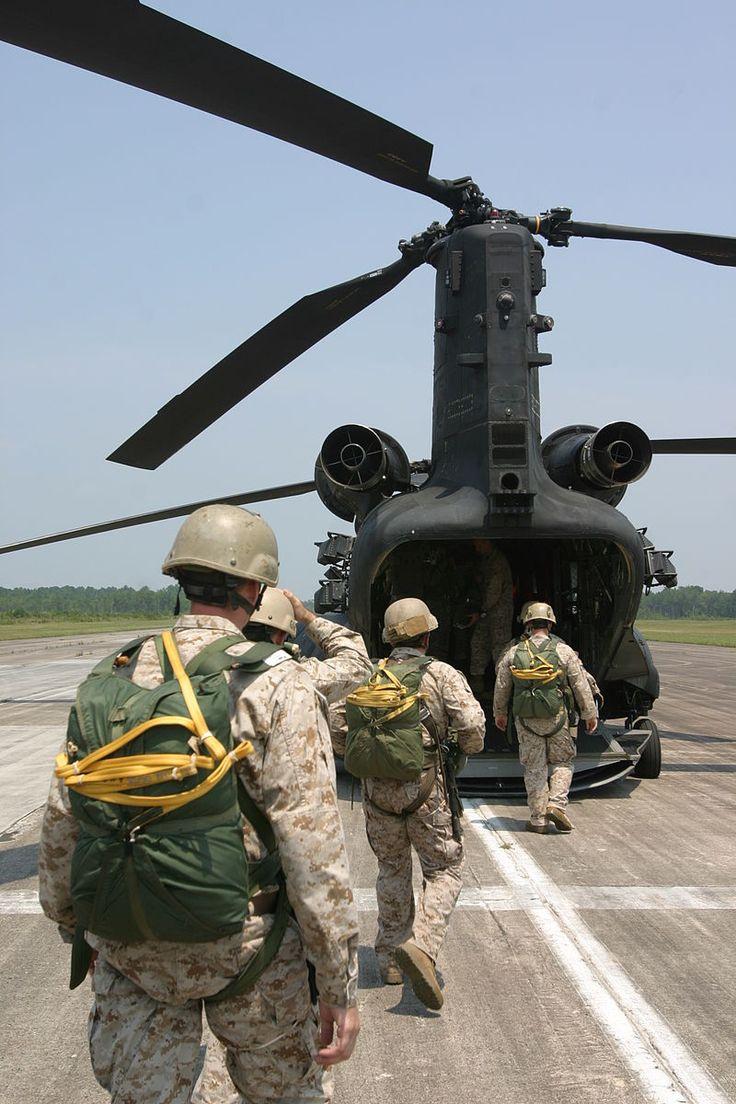 USMC-01500.jpg      Marines con Fuerzas de Cuerpo de Marines de los Estados Unidos, Comando de Operaciones Especiales entran en el helicóptero MH-47D Chinook del 160o Regimiento de Aviación de Operaciones Especiales del Ejército en el Faisán de la Zona de Gota aquí, el 6 de agosto.