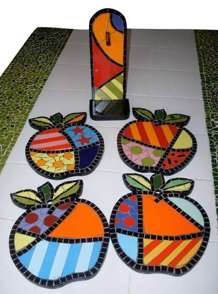 Descanso de panela. Podem ser usados como quadro. Material: Azulejos e pastilhas de vidro. R$ 120,00