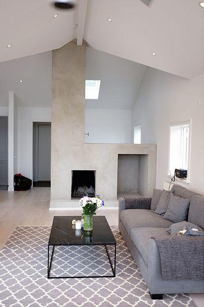 Grå Valen soffa och svart Jaguaren marmorbord. Marmor, bord, soffbord, djup soffa, låg soffa, dunsoffa, linne, vardagsrum, inredning, linn herbertsson, möbler. http://sweef.se/