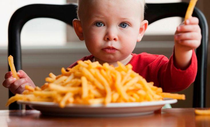 L'OMS dice basta alle pubblicità del cibo spazzatura indirizzate ai bambini. Le aziende ora sono in grado di raggiungere i più piccoli sui loro smartphone.