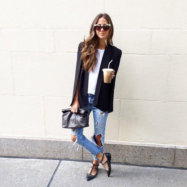 Blazer capa + destroyed jeans + sapatilha
