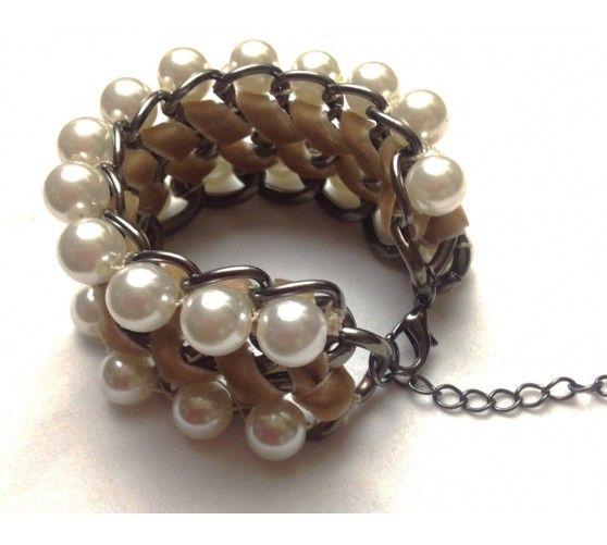 Pulseras de perlas y lazo entrelazadas en cadena. Cierre regulable con mosquetón.  www.ties-heels.com #shop #shoponline #instafashion #instagood #trendy #fashion #accessories #pearl #bracelet