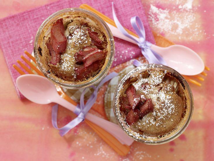Rhabarberkuchen im Glas - Kindersnack (10–14 Jahre) - smarter - Kalorien: 334 Kcal - Zeit: 20 Min. | eatsmarter.de
