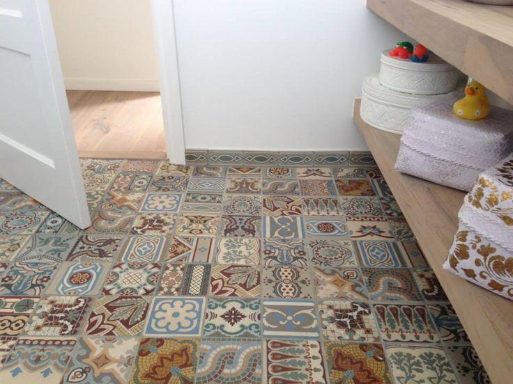 Badkamer met patchwork tegels - antieke tegels van Floorz