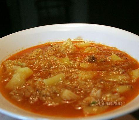Kelová polievka so zemiakmi a paprikou je u nás celkom často. Sme taká kelová rodina. Naša mama nás ho naučila jesť a kel sme mali v jedlách každý týždeň v rôznych obmenách. Vždy na jar sa tešila, keď do zeme zastrkovala prvé sadenice kelu, ako si pochutíme. Sadilo sa ho viac než dosť pre všetkých.