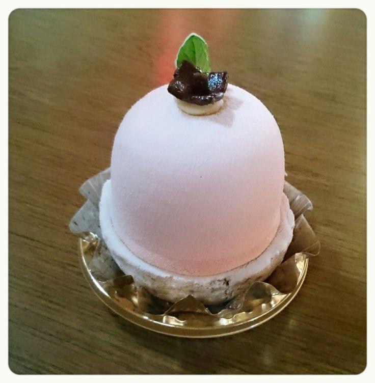 モトス            ¥454(420)  岐阜県本巣郡の美味しい富有柿(*^^*) 柿のやさしい甘味と、かわいらしいフォルムが、魅力! 富有柿のムース、ジュレ、底には干し柿のはいったクリームが!!